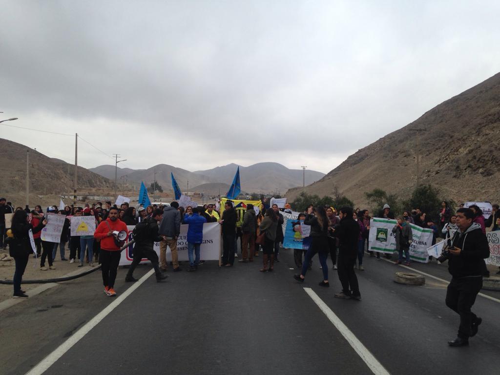 Profesores protestan en la Ruta 5 Norte de la capital regional